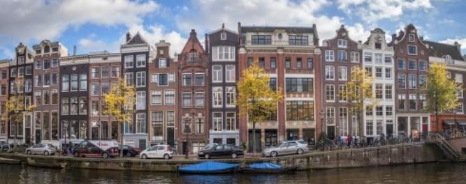 Casas e o canal de Amsterdam