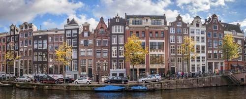 Casas e o canal de Amsterdã