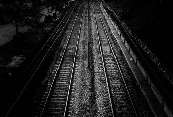 """""""De madrugada, no meio do nada, sozinha e esperando o trem certo"""""""