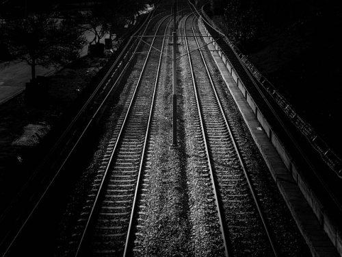 Trilhos de trem, de noite