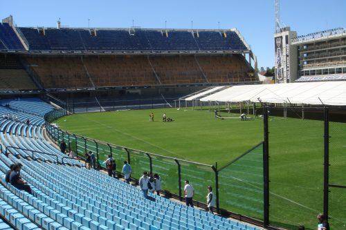 Arquibancada e campo de futebol do estádio La Bombonera