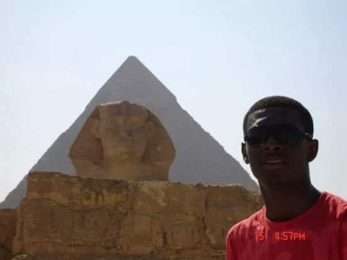 Esfinge e pirâmide ao fundo