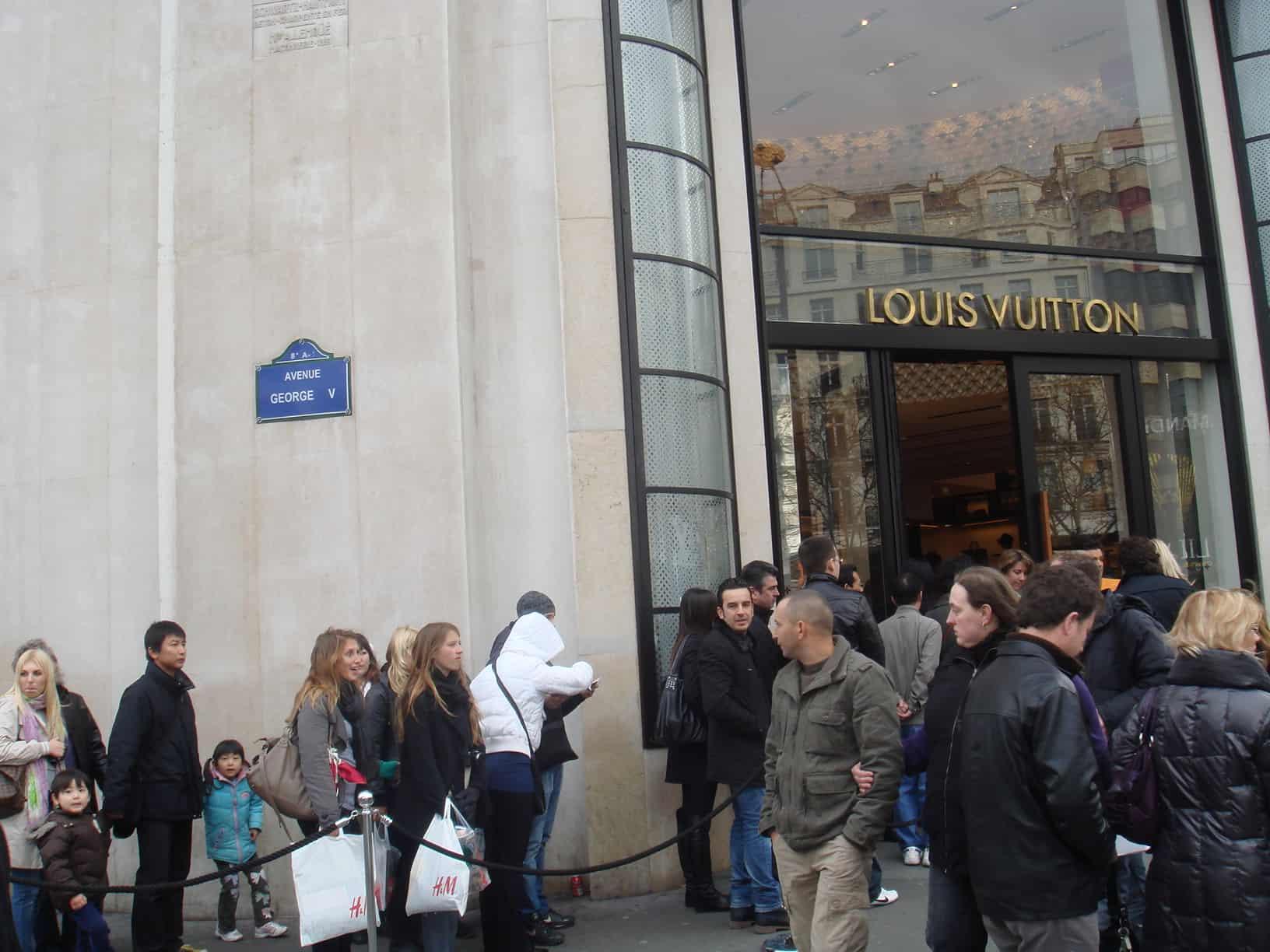 Fila para entrar na Louis Vuitton na champs elysees, em paris
