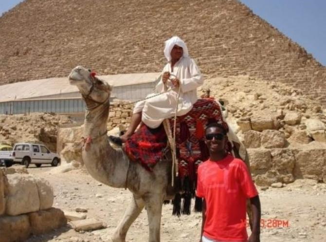 Preso em Dubai: turista tira foto com pirâmide do Egito e um camelo