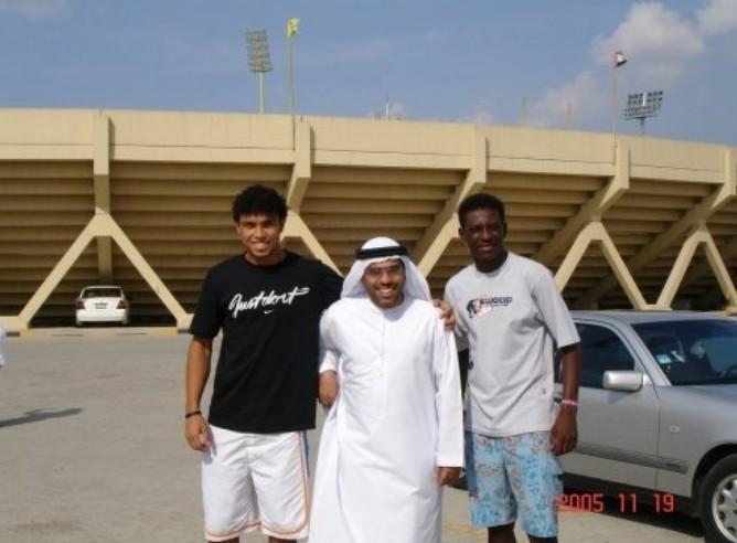 Turista tira foto com amigos em estádio de Dubai