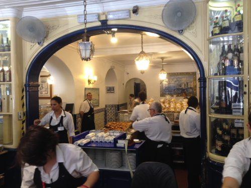 Funcionários trabalhando na Fábrica de Pastéis de Belém