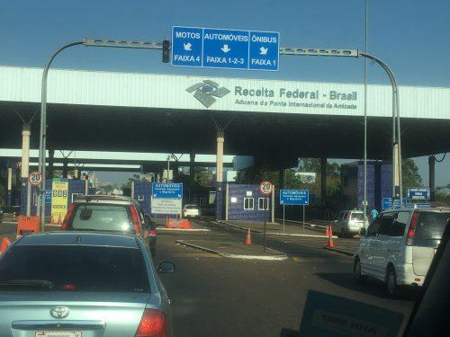 Fila de carros na fronteira do Brasil com o Paraguai