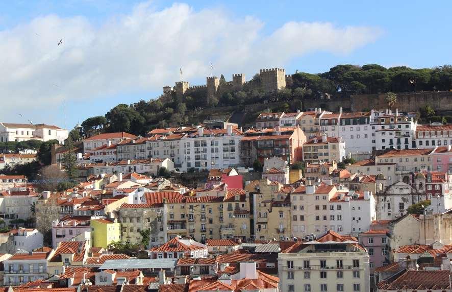Lisboa no inverno: vista para o castelo de São Jorge