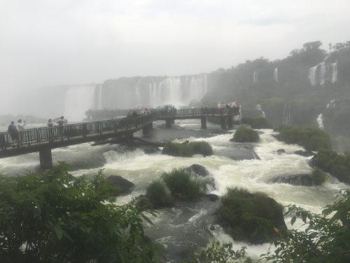 Trilha em meio às Cataratas do Iguaçu
