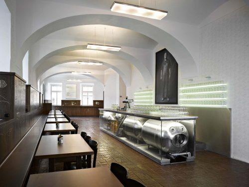 Interior da cervejaria Lokal em Praga