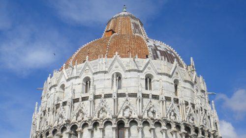 Detalhes da arquitetura do Batistério em Pisa