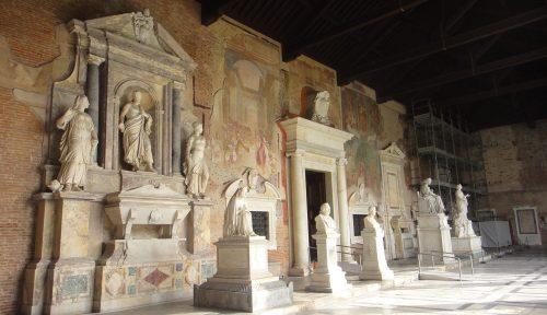 Arquitetura no interior do Camposanto Monumentale