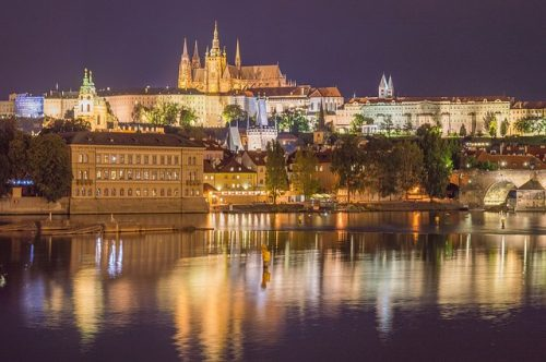 Cidade de Praga iluminada no inverno