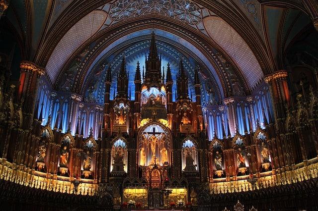 Luzes e formas do altar da Catedral de Notre Dame em Montreal