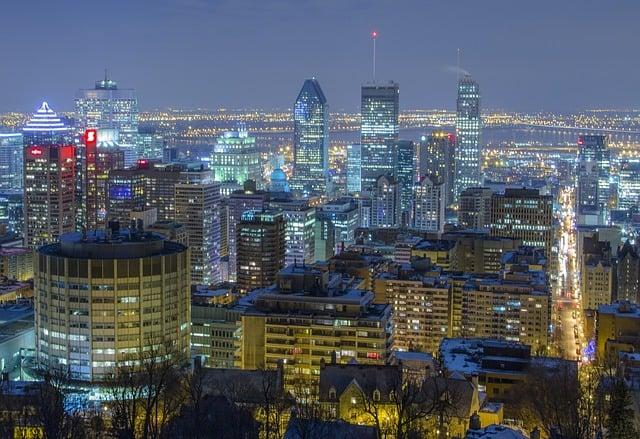 Prédios com luzes em vista panorâmica de Montreal