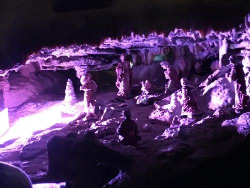 Presépio iluminado dentro da Caverna