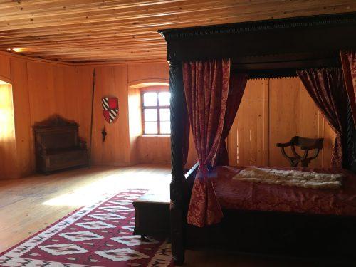 Móveis no interior do Castelo de Predjama