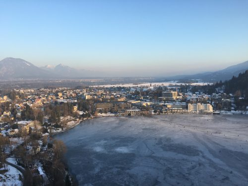 Lago de Bled congelado e Bled ao fundo
