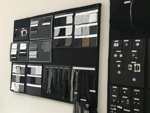 Tecidos e referências de peças na fábrica da Armani