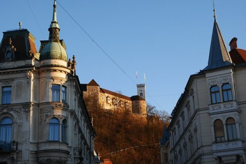 Castelo de Liubliana visto do centro da cidade