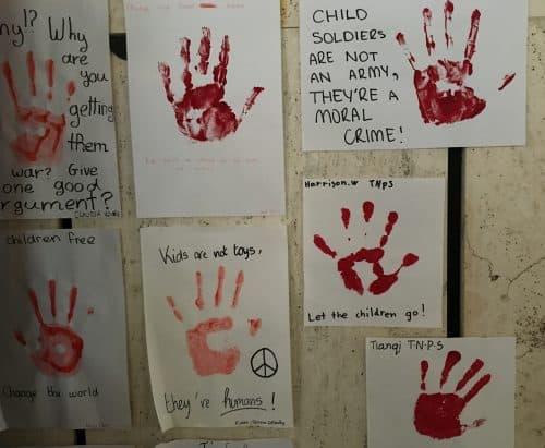 Cartazes com mãos de crianças na ONU