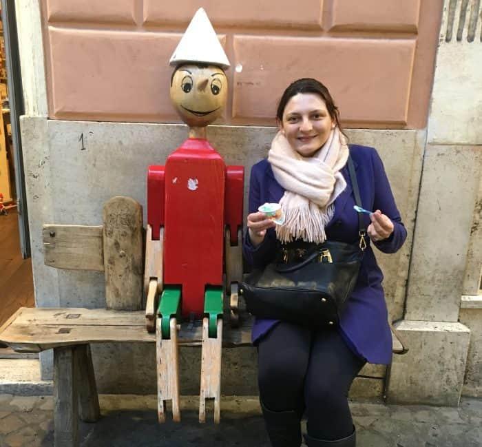 Turista com o Pinocchio em Roma