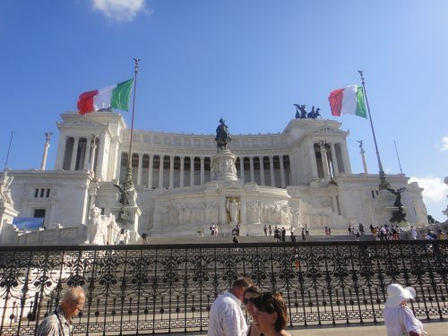 Frente do monumento a Vitor Emanuel em Roma
