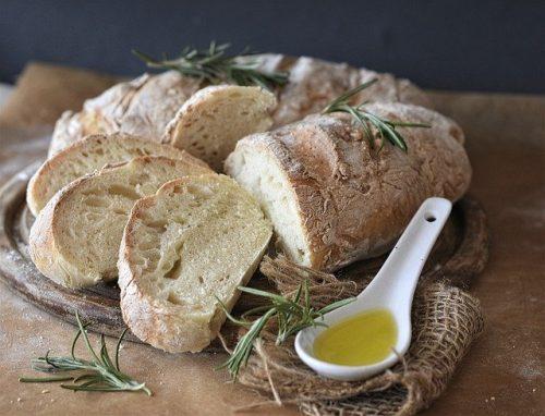 Pão com azeite na mesa
