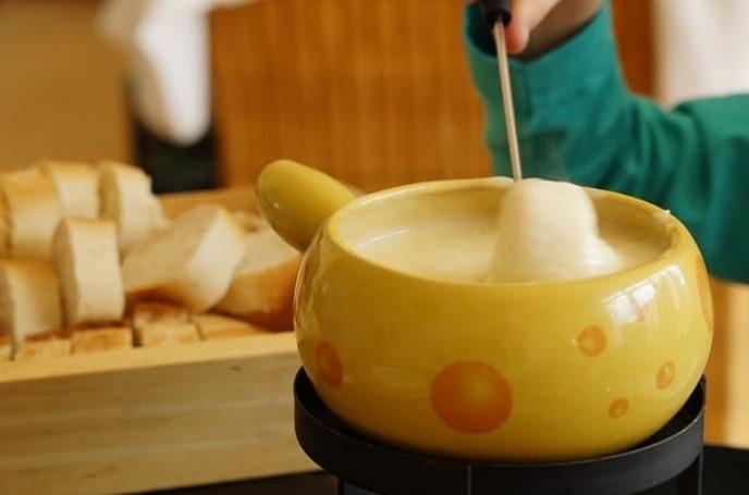 Panela com fondue de queijo