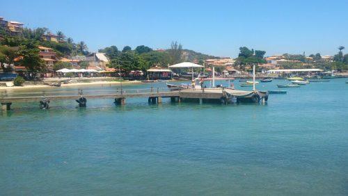 Mar e casas em Búzios, no Brasil
