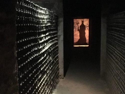 Adega de vinhos e diabo ao fundo