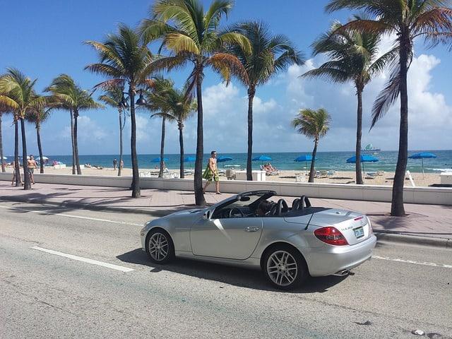 Carro conversível passando na Ocean Drive