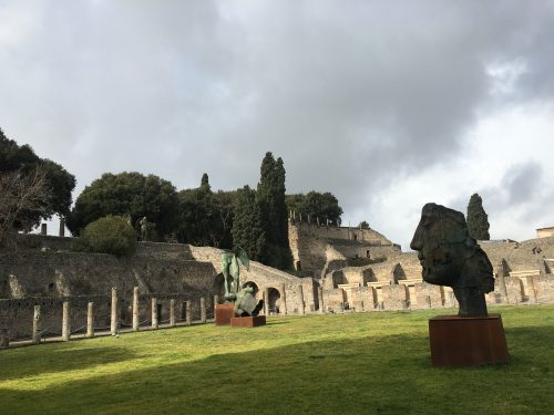 Estátuas e a natureza vista na entrada do sítio arqueológico de Pompéia