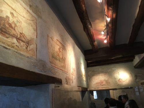 Pinturas feitas nas paredes do prostíbulo em Pompéia