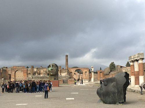 Estátuas e ruínas no antigo centro econômico de Pompéia