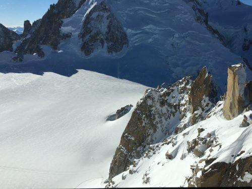 Montes com neve no topo do Mont Blanc