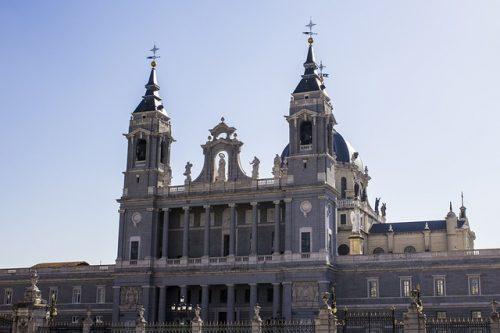 Exterior da Catedral de la Almudena em Madrid