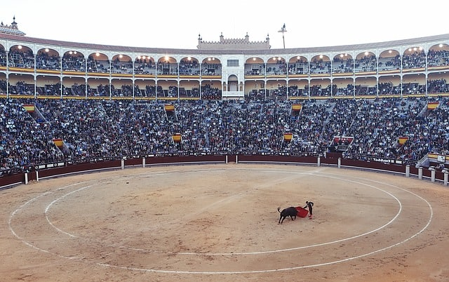 Pessoas assistindo uma tourada no Plaza de Toros de las Ventas
