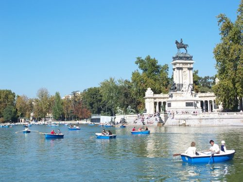 Embarcações no Parque do Retiro em Madrid