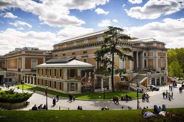 prédio grande onde o Museu do Prado está instalado