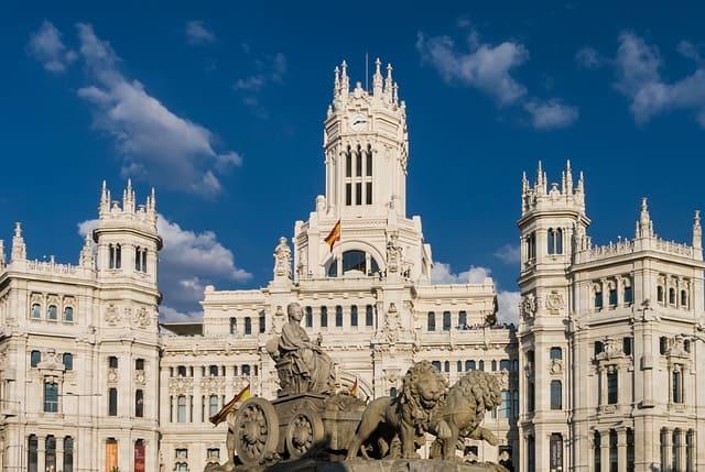 Prédio de Madrid com bandeira na frente