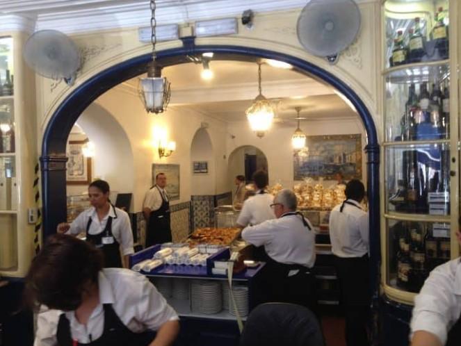 Pessoas trabalhando na Fábrica dos Pastéis de Belém