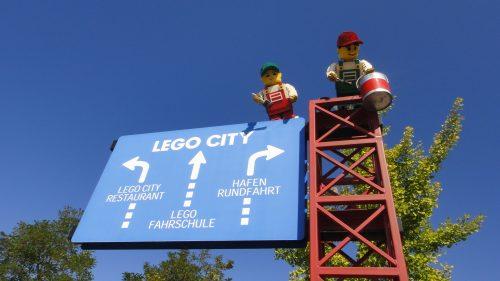 Placas sinalizadoras dentro da Legoland na Alemanha