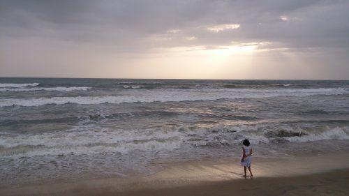 Turista em uma praia no fim da tarde
