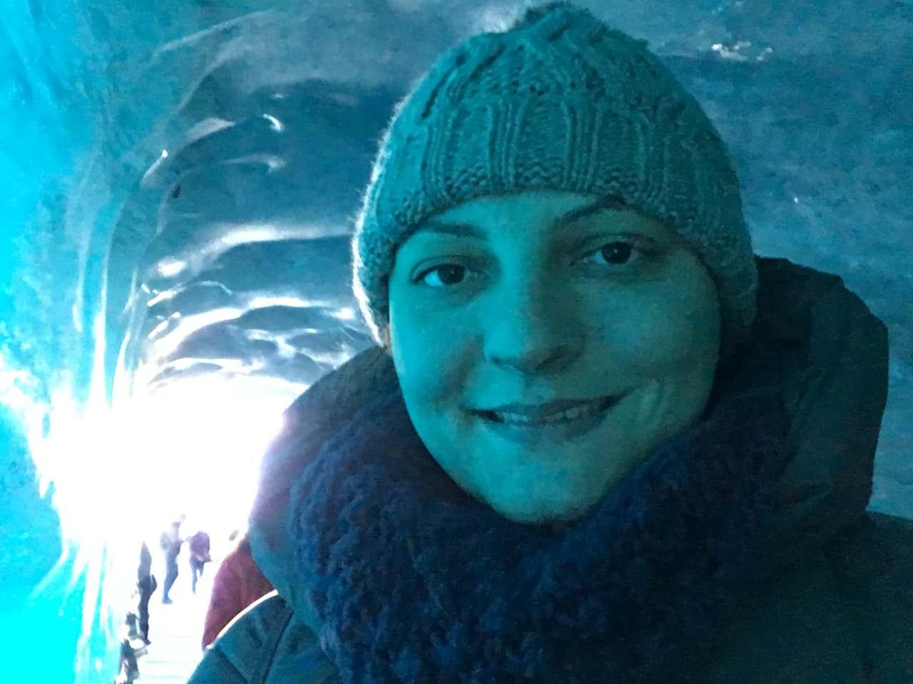 Turista na caverna de gelo em Chamonix