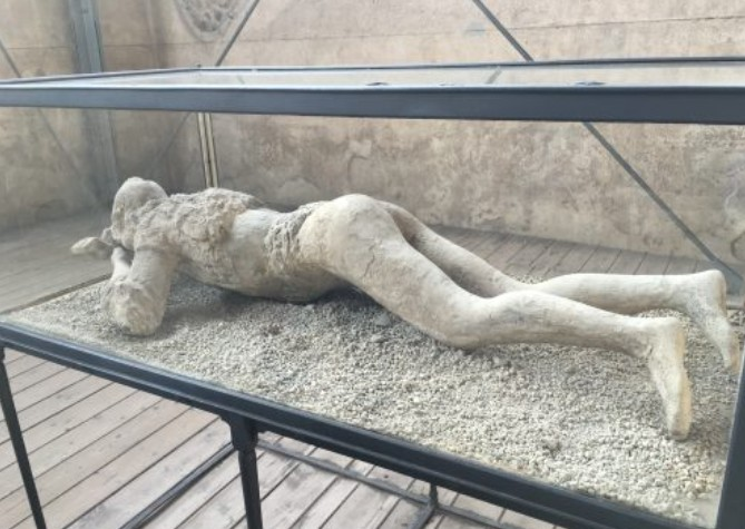 Pessoa petrificada em Pompéia pelo Vesúvio