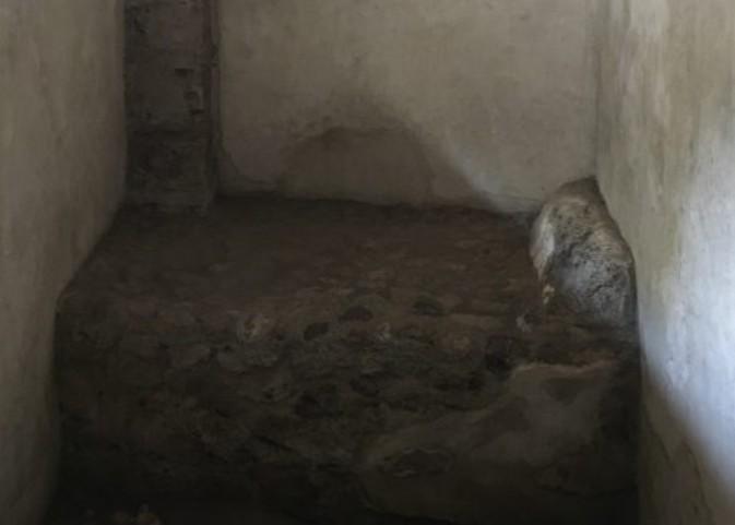 Cama de pedras usada antigamente no prostíbulo de Pompéia