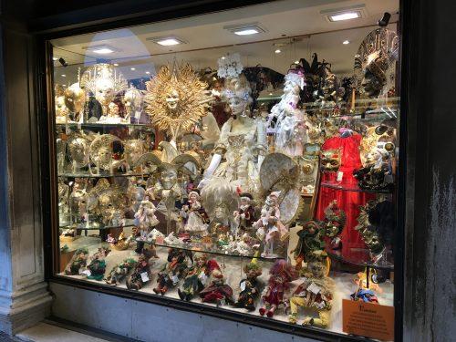 Vitrine de loja com fantasias em Veneza