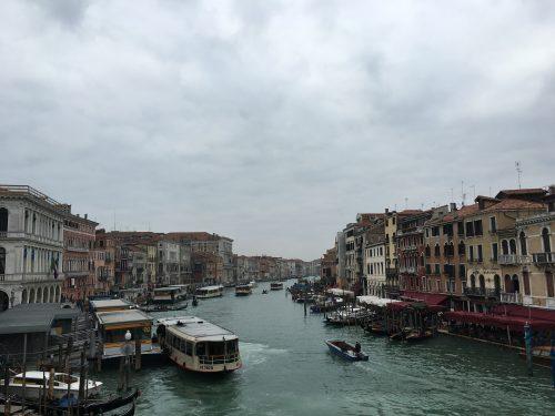 Estações do Vaporetto no Grand Canal em Veneza