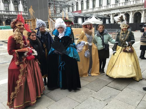 Pessoas fantasiadas no Carnaval de Veneza